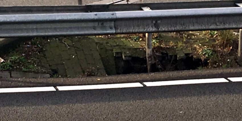 Sinkhole langs snelweg A8: rijstrook Zaanstad dicht