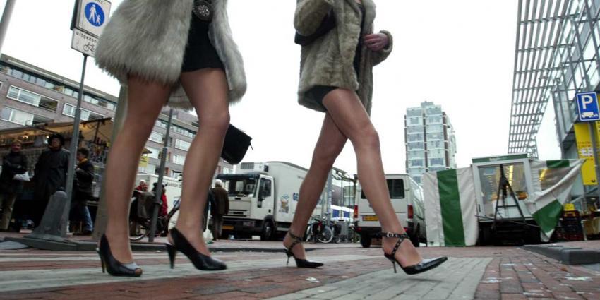 Honderden Nederlandse vrouwen stiekem onder rok gefilmd door gluuders
