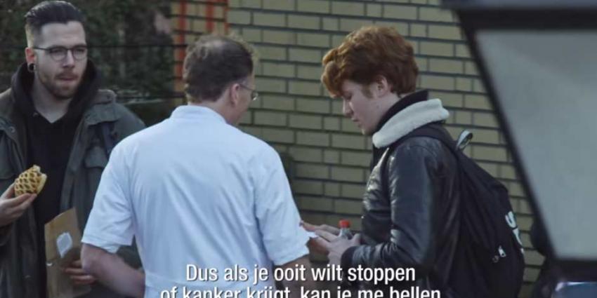 Artsen confronteren rokers op straat: Als je kanker krijgt mag je me bellen