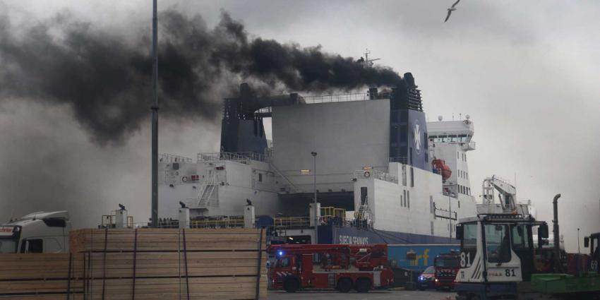 Dikke vette zwarte rook uit schoorsteen schip, brandweer gealarmeerd