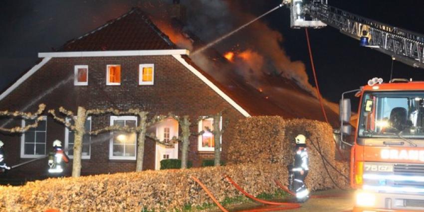 Grote brand legt woonboerderij Roswinkel grotendeels in de as