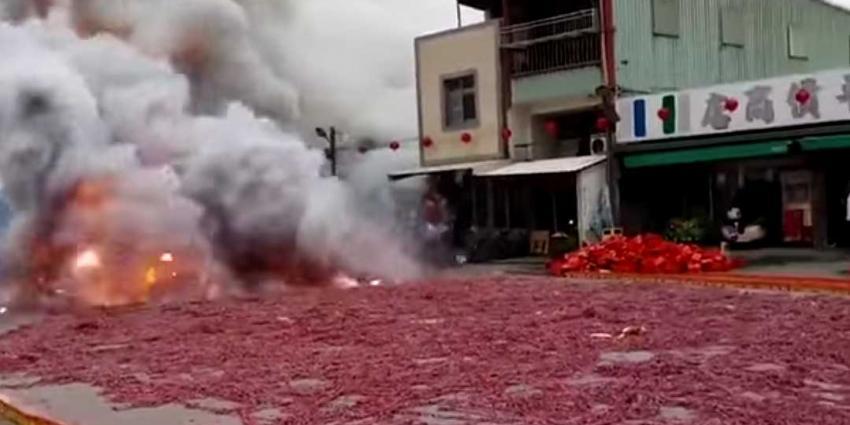 Chinezen knopen 1 miljoen rotjes aan elkaar vast