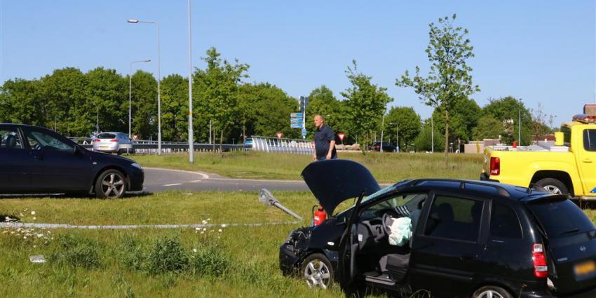 Automobilist mist rotonde vanwege slapende voet en ramt lichtmast