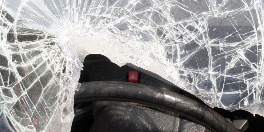 Steen door ruit rijdende auto gegooid in Leystad