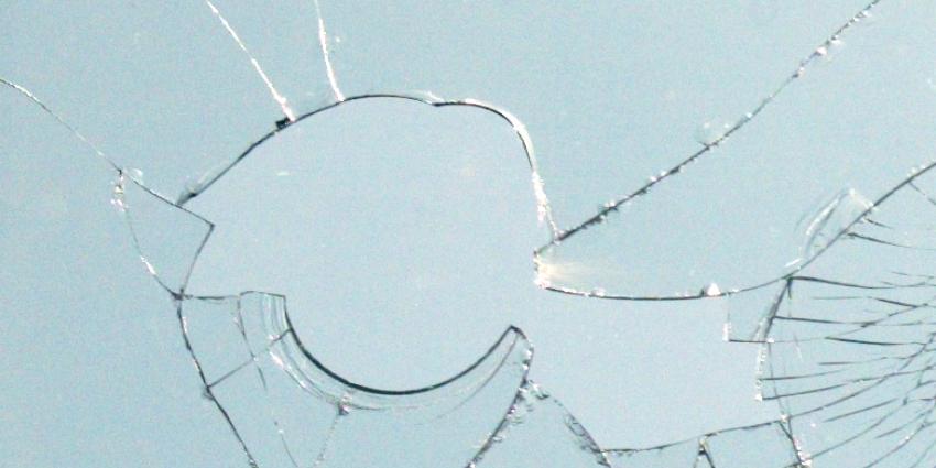 Vrouw gooit voor vierde keer stenen tegen ruiten politiebureau