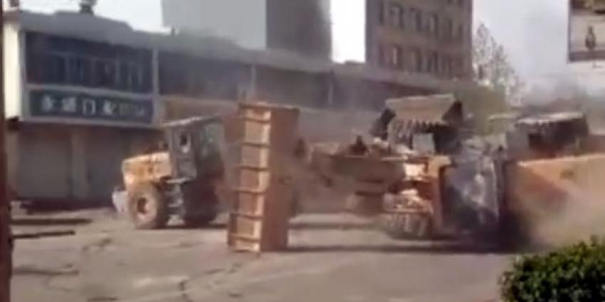 Bouwvakkers vechten ruzie met shovels uit
