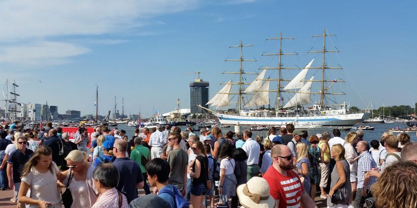 Tall ships verlaten haven Amsterdam. Sail Amsterdam 2015 overtreft alle verwachtingen