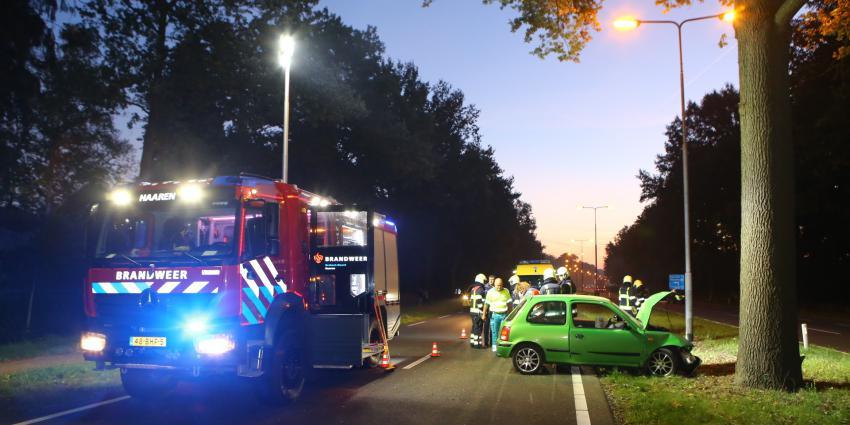Auto botst op boom in middenberm N65 bij Helvoirt
