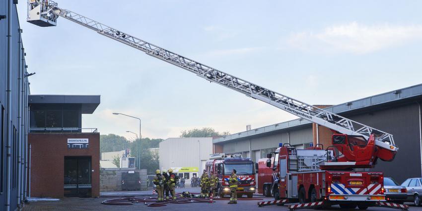 Brandweer bezig met blussen brand