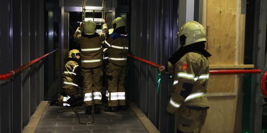 Brandweer helpt liftmonteur