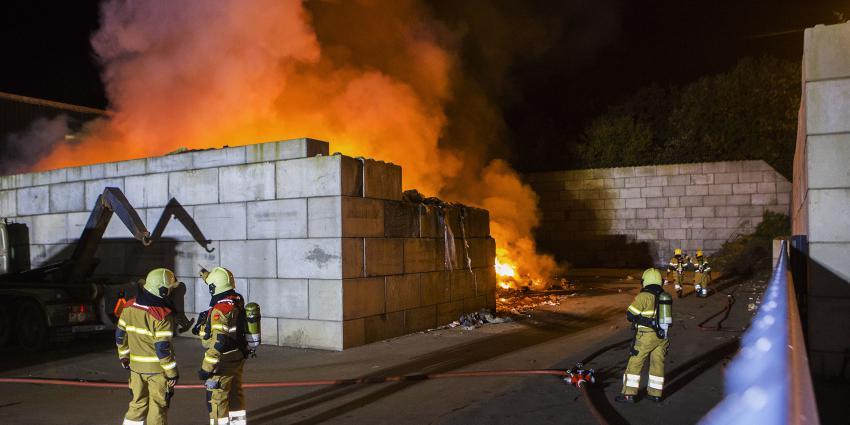 brandweer blust brand in berg afval