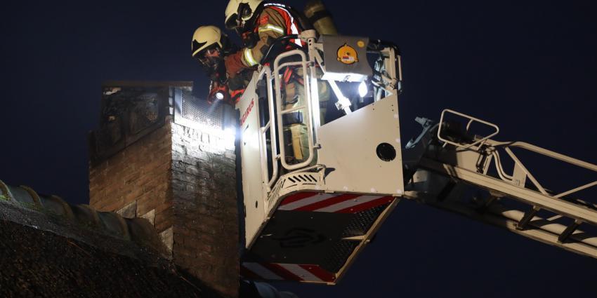 Brandweer veegt schoorsteen