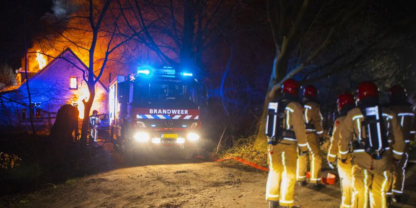 vlammen slaan uit woonboerderij