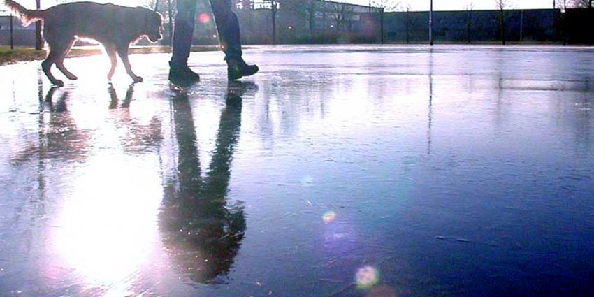 Eerste schaatsers op echt natuurijs in noorden van Nederland