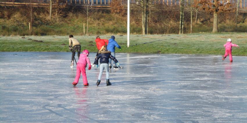 Eerste schaatsers op het ijs in Heerenveen