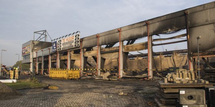 Enorme ravage na grote brand in loods bij motorhandel Schiedam