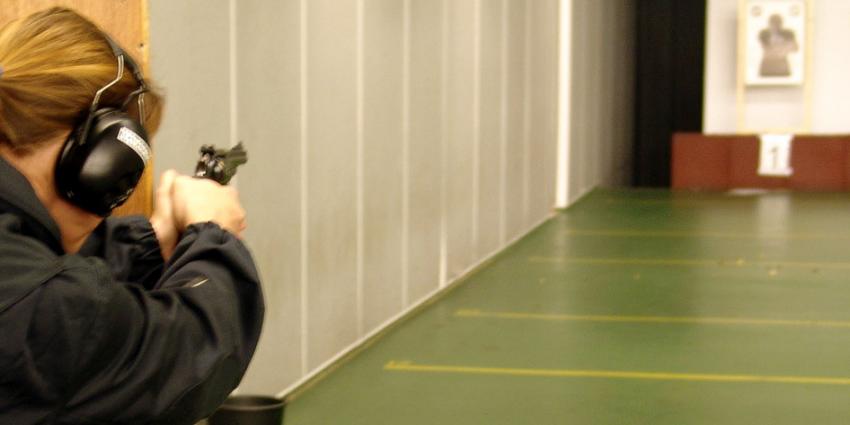 Vrouw schiet zichzelf neer op schietbaan