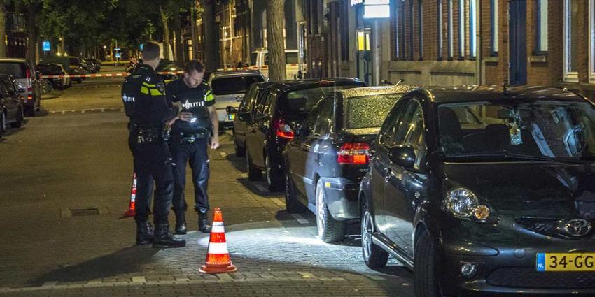 Man in auto onder vuur genomen in Rotterdam
