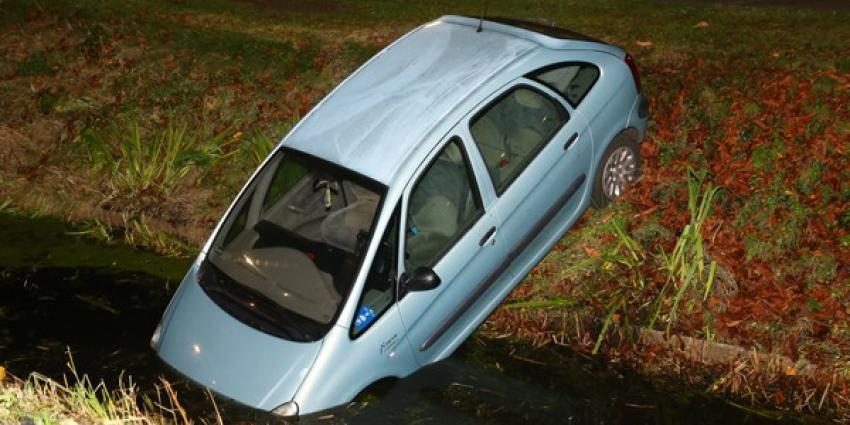 Hulpdiensten gealarmeerd voor auto in de sloot in Schijndel