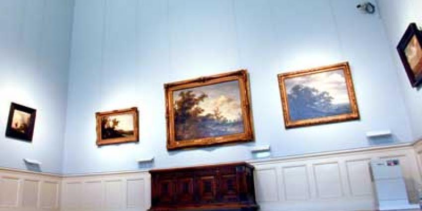 Foto van museum met schilderijen   Archief EHF