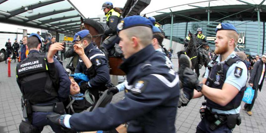 Marechaussee begonnen met ontruimen Schiphol Plaza