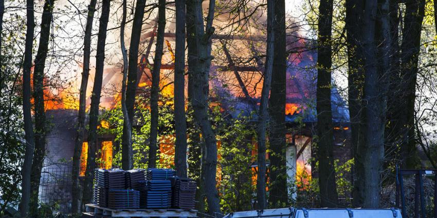 Uitslaande brand legt schuur Nijnsel volledig in as