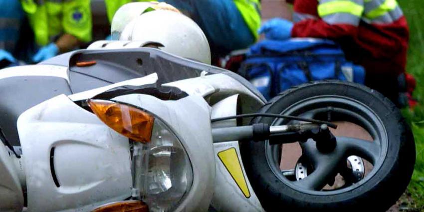 Inhalende motorscooterrijder (20) gewond bij ongeval