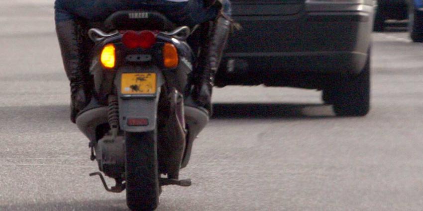 Tientallen scooterrijders brengen verkeer op snelweg in gevaar