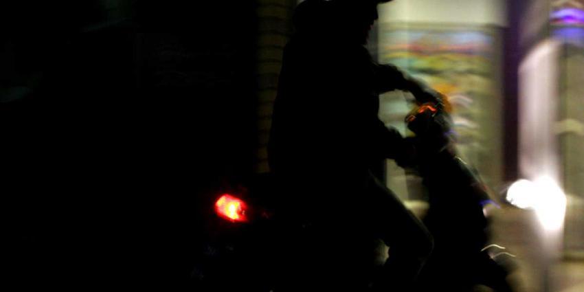 scooter-avond-donker-winkel