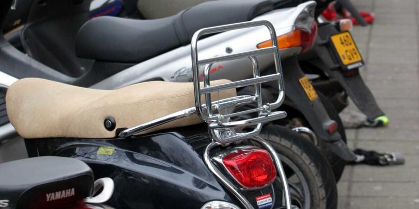 Grote som geld verstopt onder buddyseat motorscooter