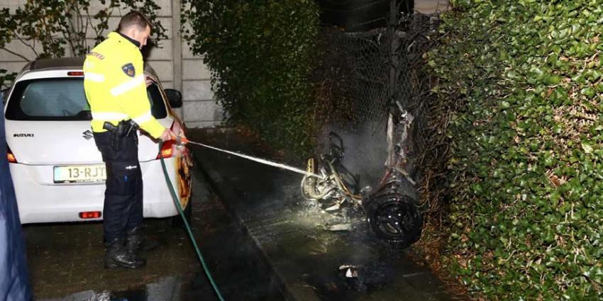 Onbekende(n) steken scooter in brand