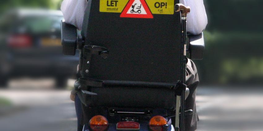 Omstanders redden man met scootmobiel uit Amsterdamse gracht