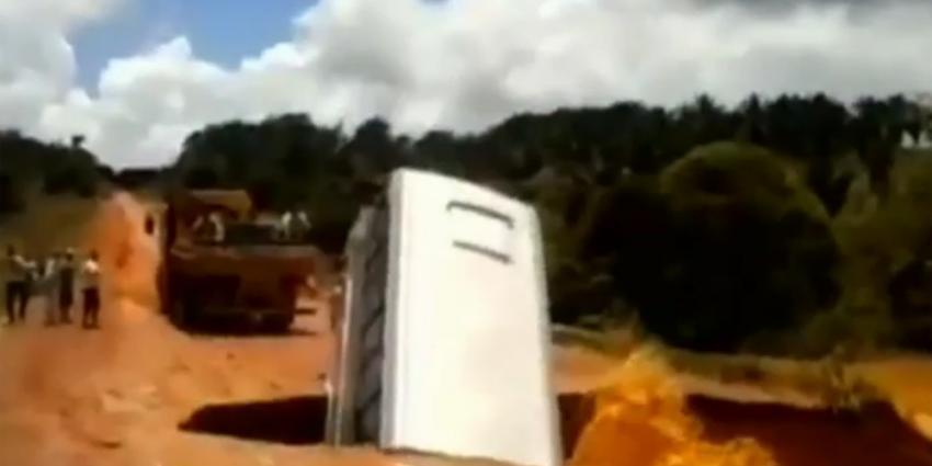 Touringcar opgeslokt door sinkhole