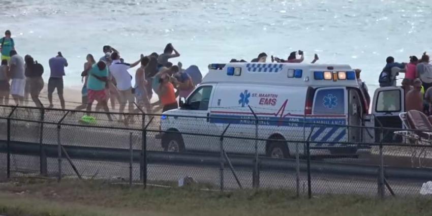Toerist overleden nadat ze door vliegtuig op Sint-Maarten wordt weggeblazen