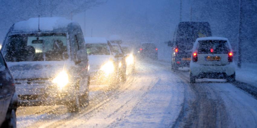 Veel problemen met geschaarde vrachtwagens door sneeuwval