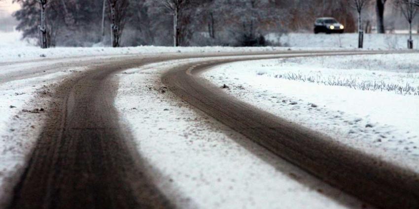Vrouw slaat met auto over de kop in Coevorden door sneeuw