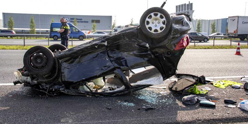 Auto ondersteboven na botsing A15