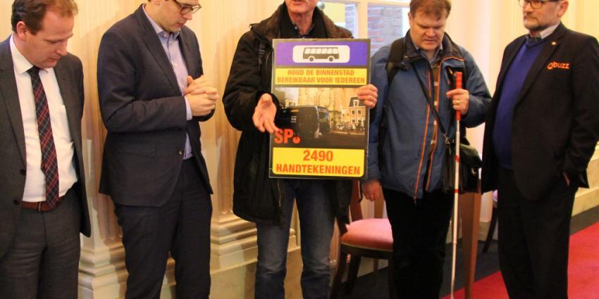 SP overhandigt bijna 2500 handtekeningen voor behoud bussen naar de binnenstad