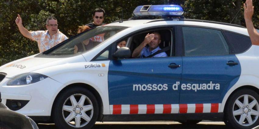 Catalanen massaal naar stembureaus, Spaanse politie neemt stembussen in beslag