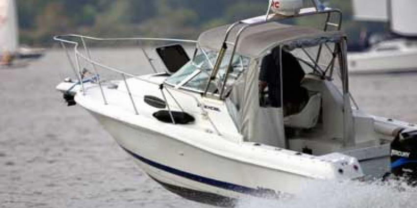 Twaalf mensen uit Nieuwe Maas gered na omslaan speedboot