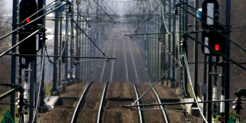 Containerschip vaart tegen spoorbrug, geen treinverkeer tussen Boskoop en Gouda