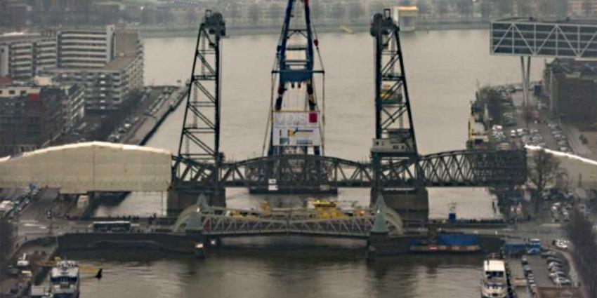 Karakteristieke hefbrug in Rotterdam na revisie weer geplaatst