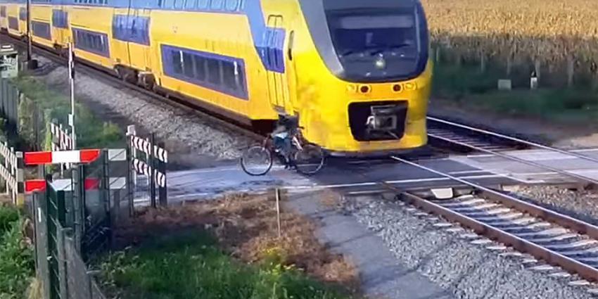 Schokkend filmpje ProRail: fietser op overweg door oog van de naald