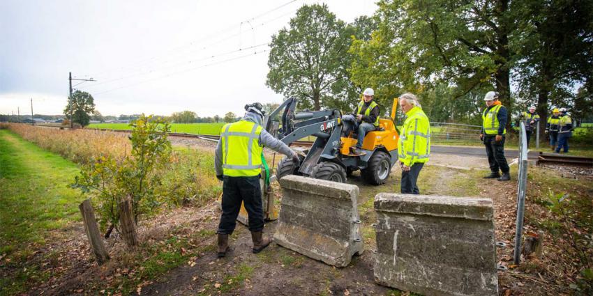 ProRail sluit onbewaakte overweg Lunteren met betonblokken af