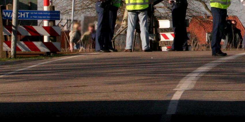 Auto blijft steken op spoorwegovergang, vrouw op tijd ontsnapt