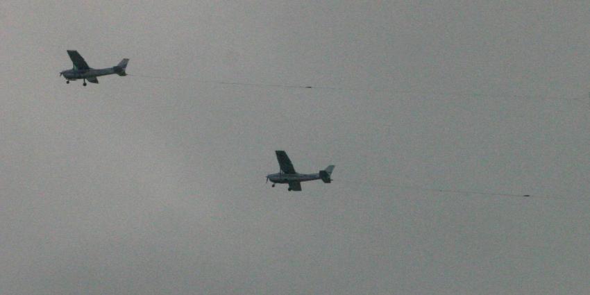 Foto van twee reclamevliegtuigjes | Archief EHF