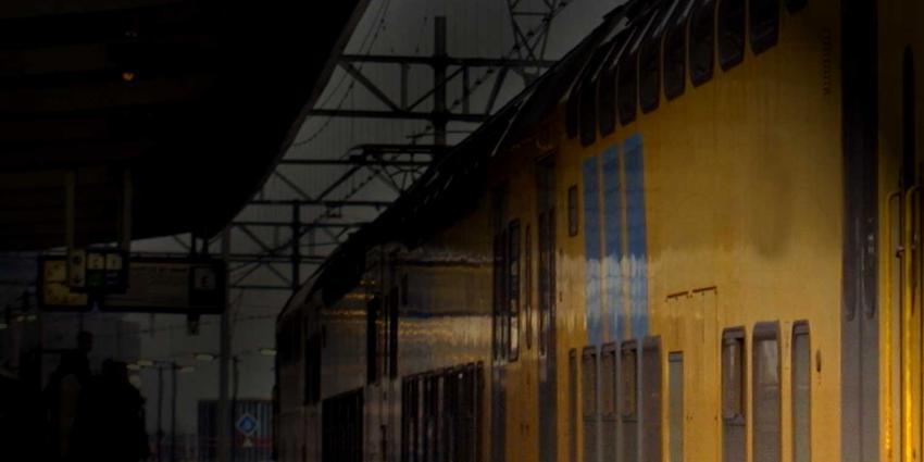 Agenten met getrokken pistool de trein in bij Velp