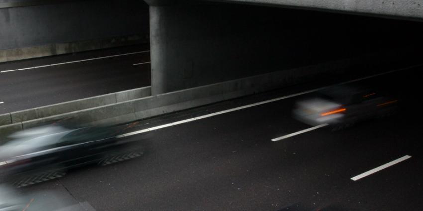 Onbekende(n) gooien stalen buis van viaduct A18
