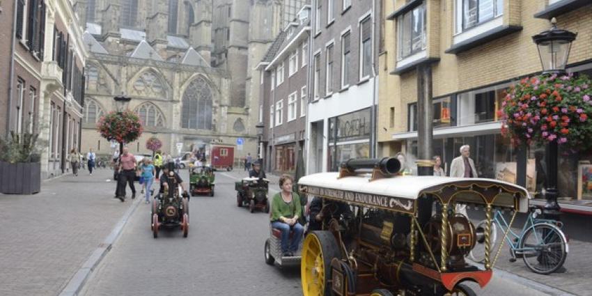 Optocht van stoomlocomotieven door centrum van Utrecht