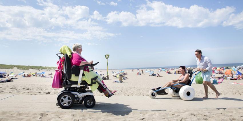 Haagse strand heeft extra betonpaden voor rolstoelers en kinderwagens